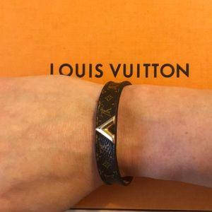 a9efb4936e8 LOUIS VUITTON Essential V Bracelet monogram